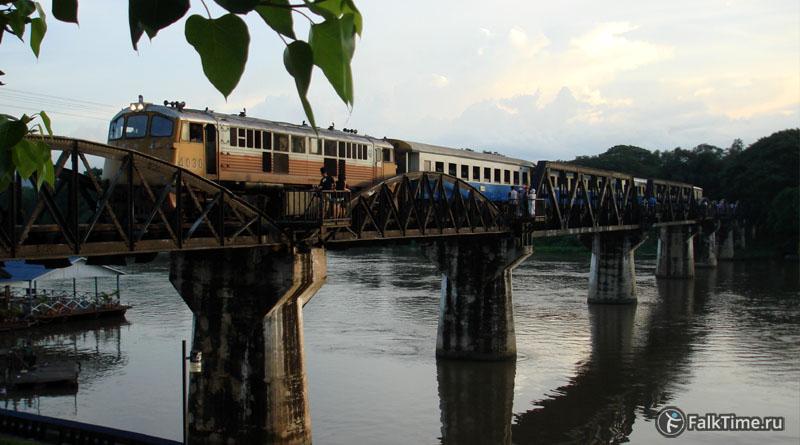 Поезд на ж/д мосту