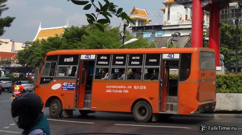 Городской автобус с открытыми дверьми