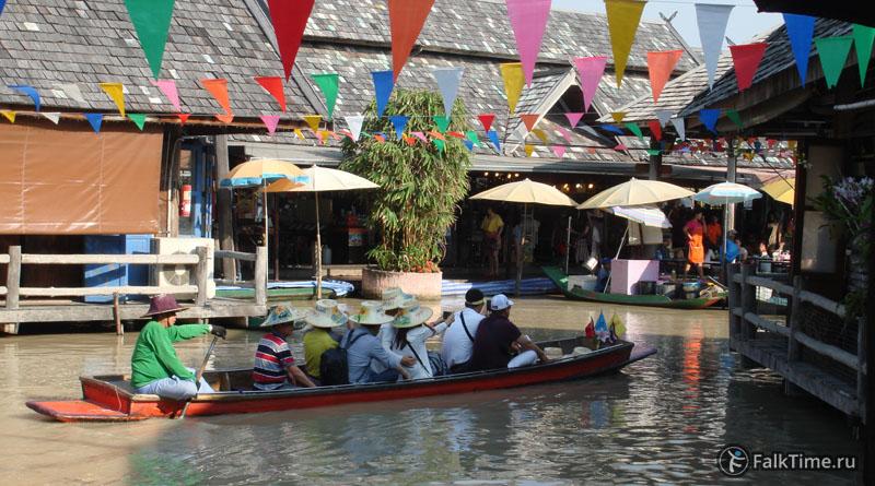 Лодка с туристами на плавучем рынке