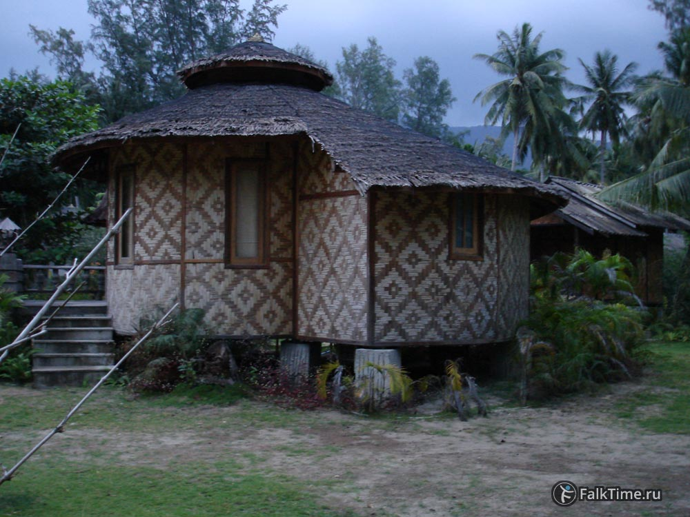 Бунгало из циновок с соломенной крышей