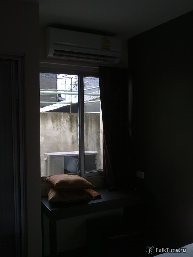 Бангкок: вид из окна в стену