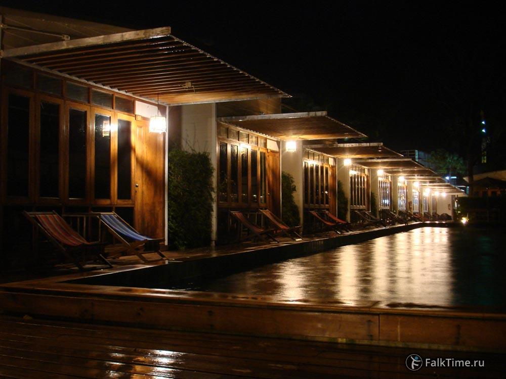 Дождь, гостиница, бассейн