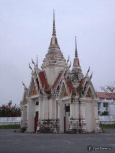 Декоративные ворота, ведущие на территорию вата Ян