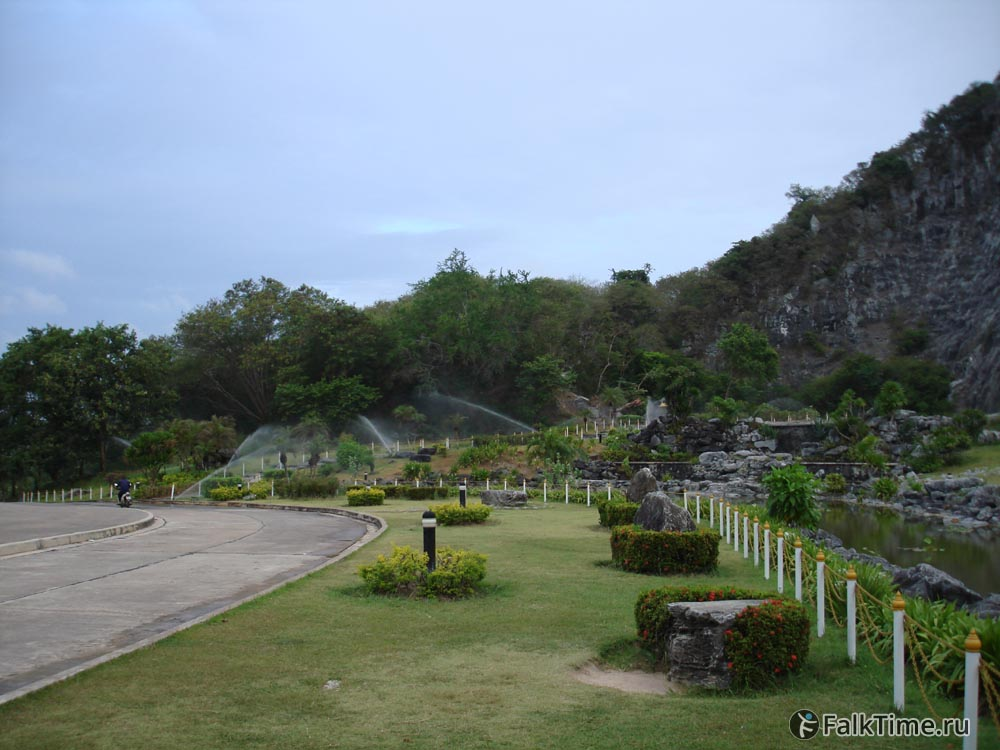 Сад возле горы
