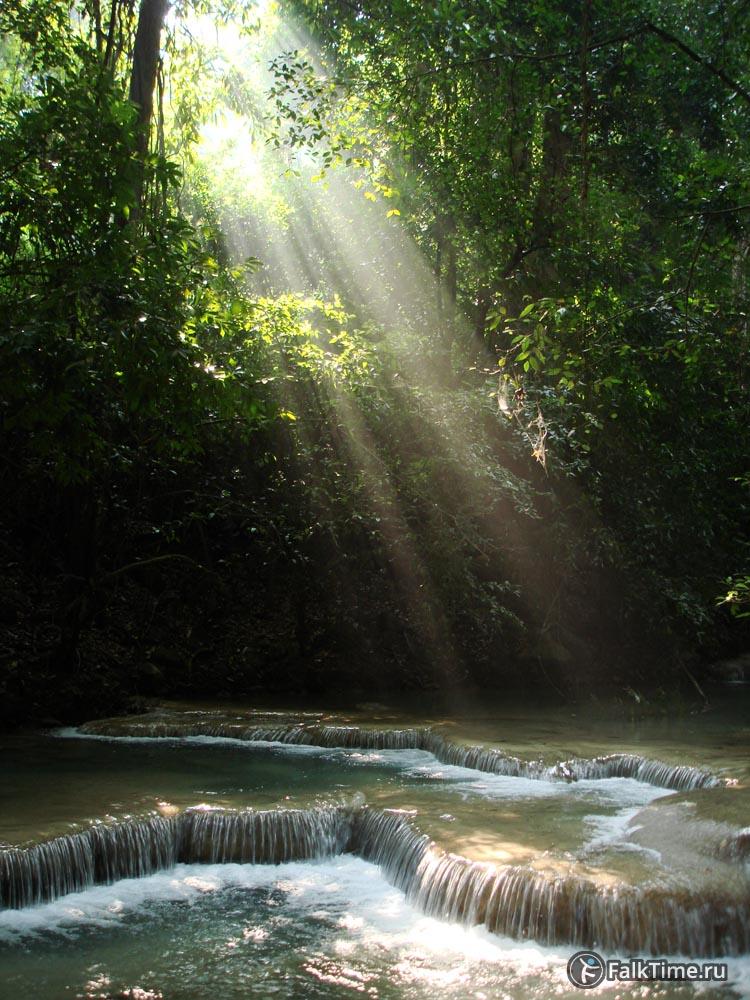 Солнечные лучи падают на пороги водопада Эраван