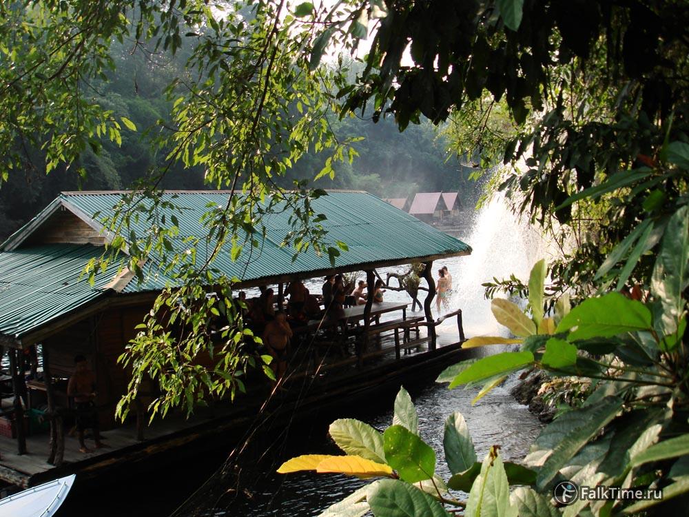 Купание в водопаде Сай Йок Лек