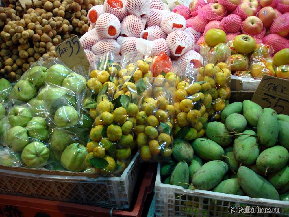 Гуава, манго и другие фрукты на прилавке
